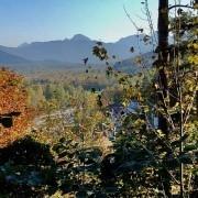 Bad Tölz mit Blick auf die Isar im Herbst